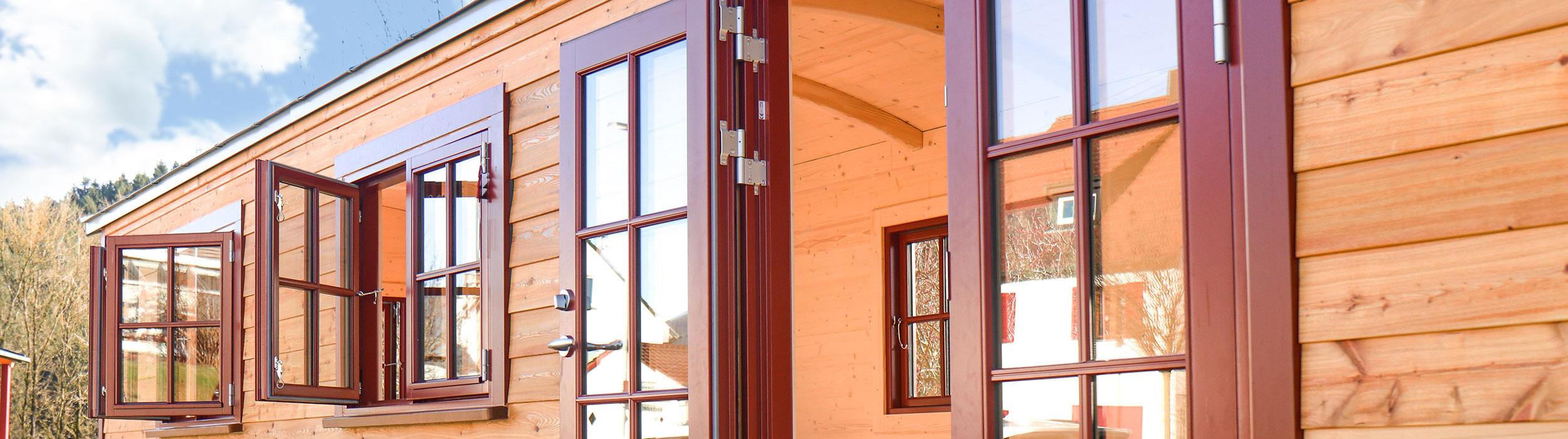 Fassade eines Waldkindergartens mit offenen dänischen Fenster