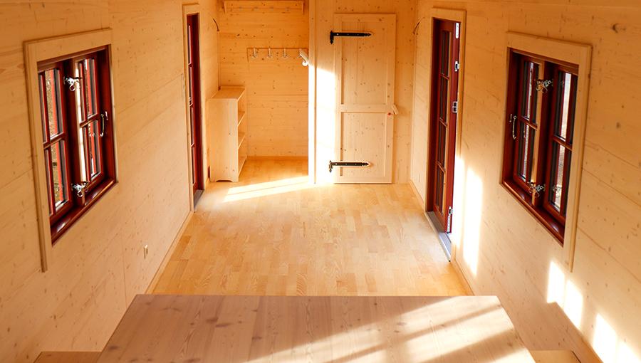 Innenraum Waldkindergarten mit Garderobe und Bio-Toilette