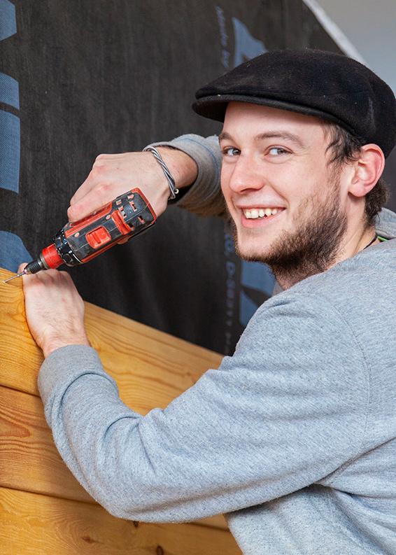 Schäferwagenbauer bohrt Holz