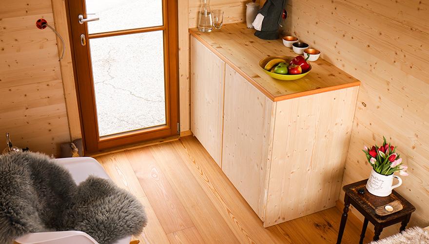 Küchenzeile mit Schrank und Dekoration