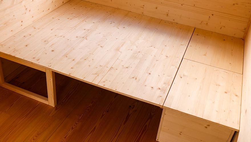 Aufklappbett und Sitzbank mit Stauraum