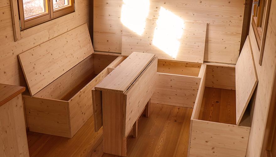 Aufklappbare Sitzbänke mit Stauraum und einklappbarer Tisch