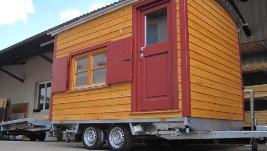 Freizeitwagen mit Fensterdielen und geschlossener Tür