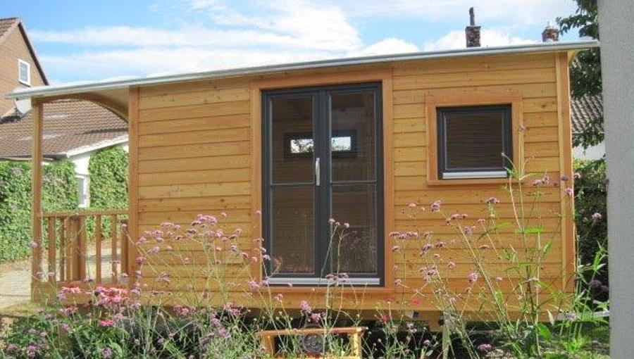 Gartenhaus mit Veranda und zweiflügliger Tür