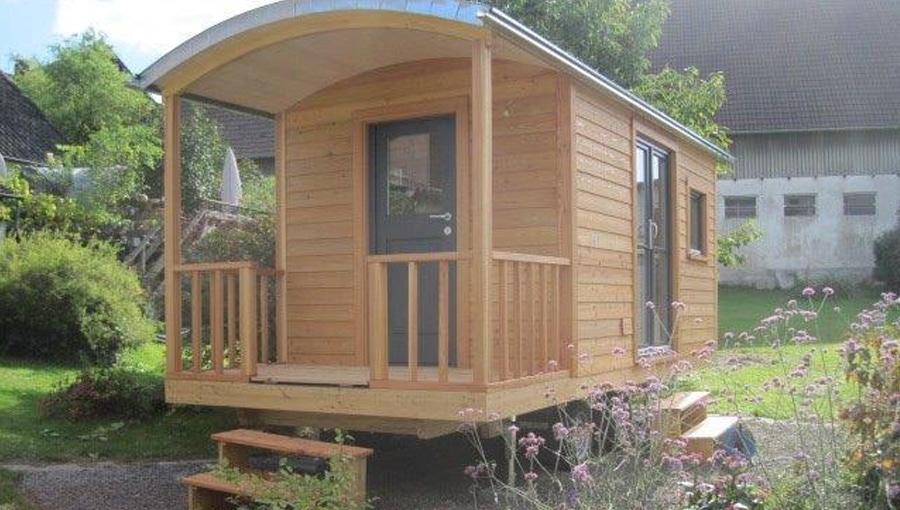 Gartenhaus mit Veranda und zwei Holztreppen