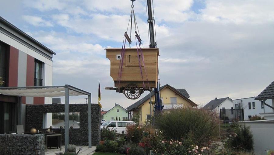 Schäferwagen hängt am Kran