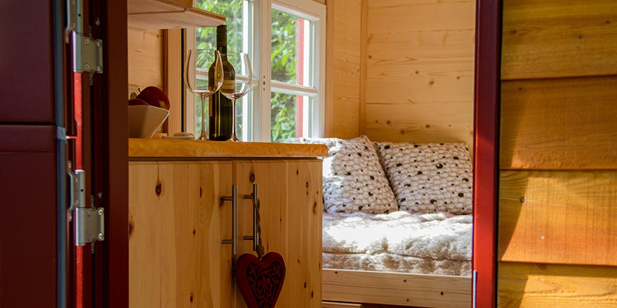 Innenausstattung mit Bett und Dekoration