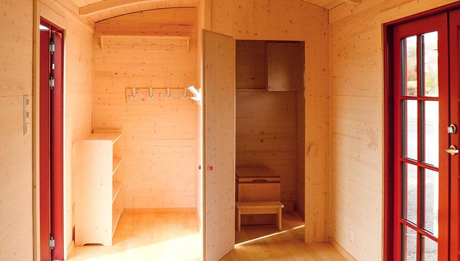 Garderobe und Biotoilette eines Waldkindergartenwagen