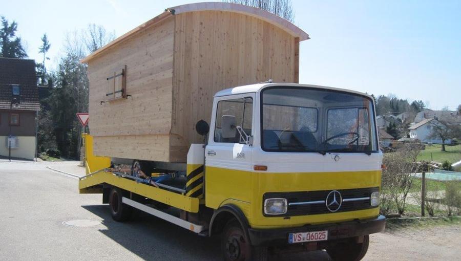Auslieferung eines Schäferwagens auf einem Mercedes Oldtimer