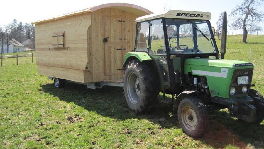 Traktor zieht Schäferwagen