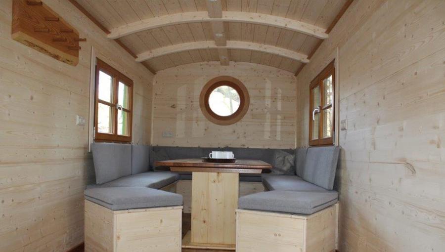 Innenraum eines Seminarwagen mit Sitzbänken