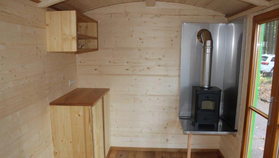 Holzofen und Küchenzeile eines Seminarwagens
