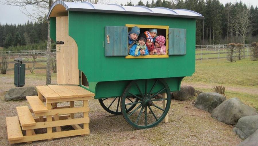 Bunter Schäferwagen für den Spielplatz mit Treppe