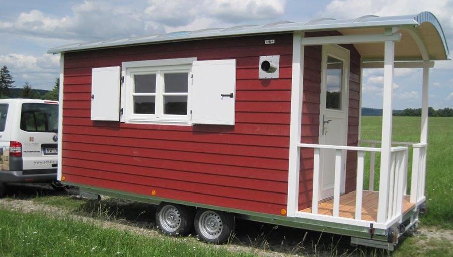 Terrassenwagen in Rot und Weiß