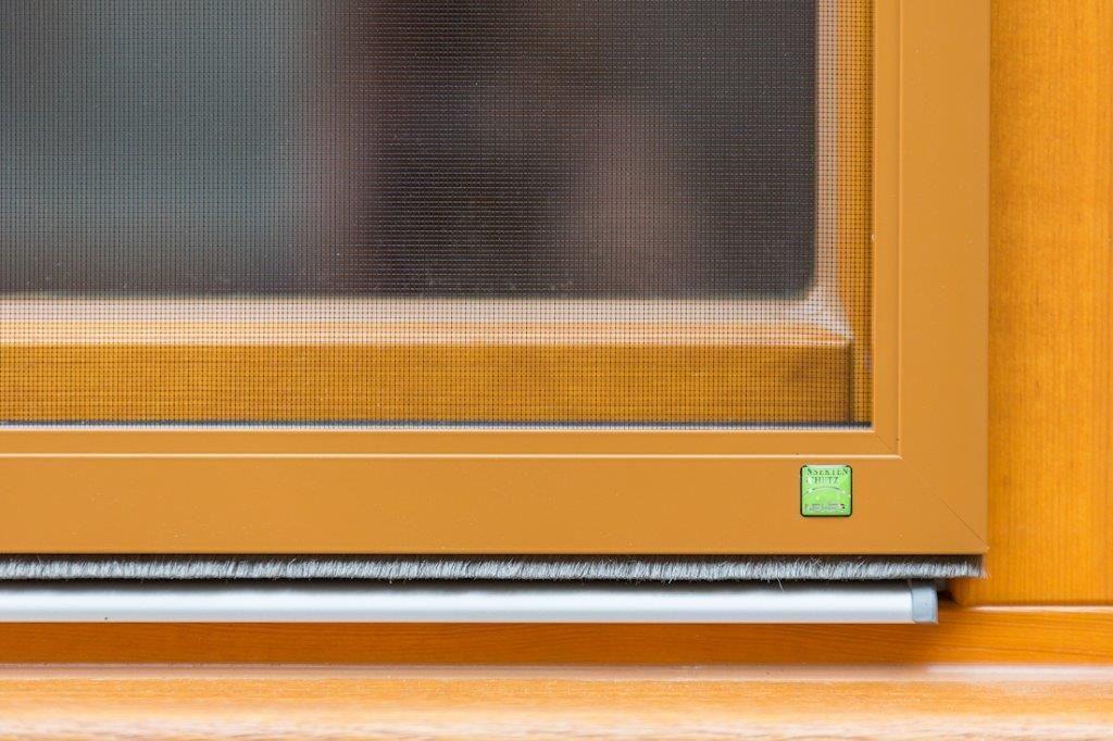 Fensterdetail eines Zirkuswagen für Dauercamping mit Fliegengitter