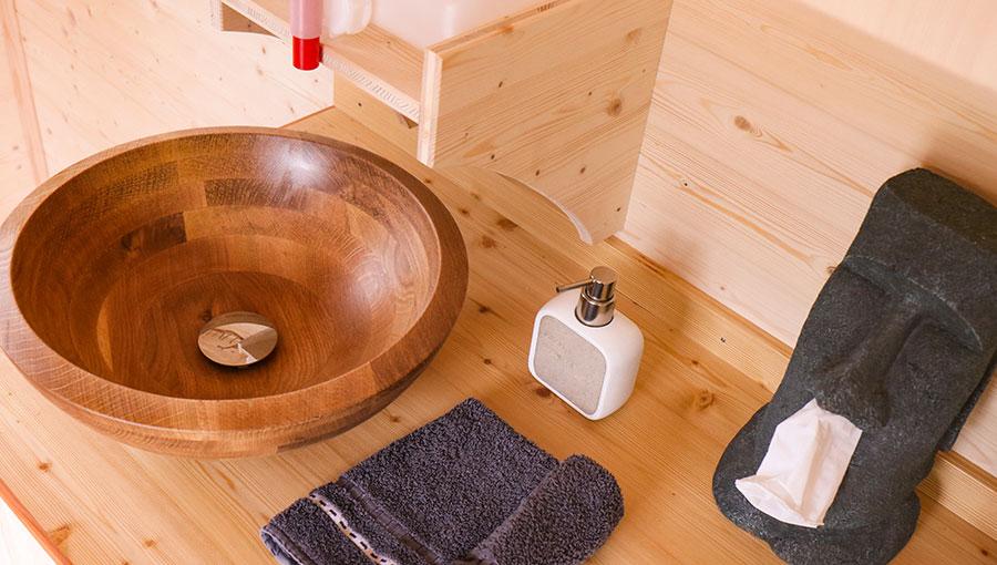 Küchenzeile mit Holzwaschbecken