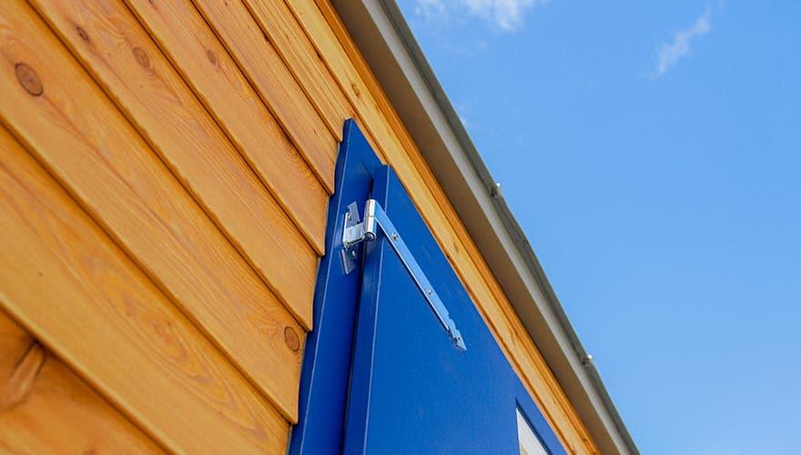 Blaue Fensterläden